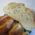 ベーカー バイツェン - もっちりしっとりとした食感の米粉を使用した味わい深いパンです。