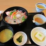 海鮮レストラン 遊 - スマホをいじってると注文した海鮮丼1080円の出来上がりです。