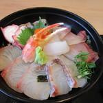 海鮮レストラン 遊 - 海鮮丼の魚は勿論志賀島近くで獲れた新鮮な魚を中心にたっぷりの魚を使った海鮮丼です。  そう言えば以前の店の時には生卵がトッピングしてあったんで其処が違うかな?
