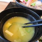 海鮮レストラン 遊 - 味噌汁はこれも志賀島名物のワカメを使ったお味噌汁、魚のアラを使った出汁が良く効いたお味噌汁です。