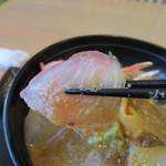 海鮮レストラン 遊 - 新鮮でプリプリの刺身にゴマダレが絡んでとても美味しい海鮮丼ランチでした。
