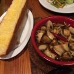 ビンワン - ガーリックトースト&3種キノコのアヒージョ