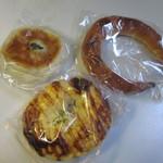 パン ド クルール -  この日も次の日の朝食用のパンを3つ購入です。