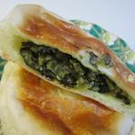 パン ド クルール - ミネラル補給に最適で食物繊維がたっぷり含まれた高菜を詰めて焼き上げたパンです。