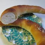 パン ド クルール - 三日月状に細長く焼き上げてあるんで固めで外のカリカリ感十二分に楽しめる塩味の効いたパンです。