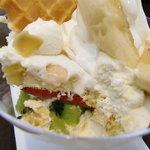 キハチ ソフトクリーム - フルーツたっぷり スコップボウルトライフル