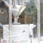 石臼挽き手打 蕎楽亭 - 大きい臼が外から見えます!