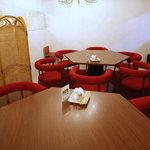 ラララ - 広くなっている店の奥は、赤いソファ。