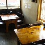 韓国家庭料理 大久保刺身 ジュンイネ - 重厚な机で落ち着きますよ