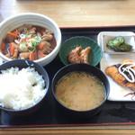 茶山亭 - 月替わり定食 ¥800 モツ煮、揚げ餃子 鯵フライ ¥100