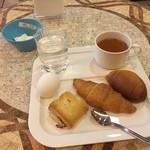 R&Bホテル - 料理写真:R&Bホテルの朝食と机