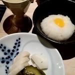 44078593 - 突出しの出汁酢がかかった巣籠り大根おろし、古漬け、鶏白湯スープ