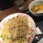 東京炒飯 プロデュースドゥ バイ 赤坂璃宮 - 璃宮炒飯大盛と海老ワンタンスープ