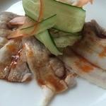栄康園 - 茹で豚のニンニク辛味ソースがけ