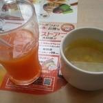 ガスト - 野菜ジュース、コーンの入った野菜スープ