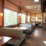和風レストラン しんりん - 明るいベンチシート席