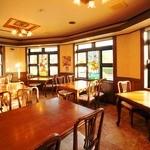 和風レストラン しんりん - ステンドグラスの窓が特徴のテーブル席