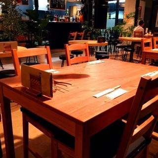 少人数から団体様まで幅広くご利用いただけるテーブル席!