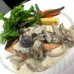 ビストロ  TOMO - 秋鮭のロースト きのこクリームソースで