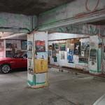 米常 - 地下ガレージには昭和のレトロアートがいっぱい