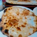 インドネパール料理 ぱーるばてぃ - ハニー・チーズナン!上にチーズはかかってません。中です。