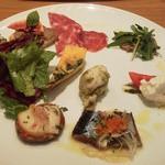 44095806 - 前菜 サラダ・トマトとモッツァレラチーズのカプレーゼ・サラミ2種など