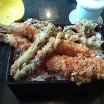 4411062 - ランチの大海老天丼は大きな海老2本+各種天ぷらが載る。