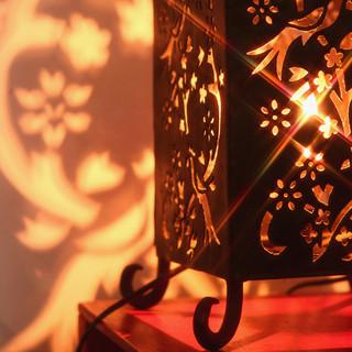 世界のランプ灯る下でゆったりとお話しください