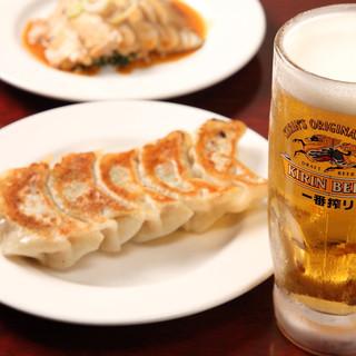 【晩酌セット】お好きなドリンク+特製餃子+小皿料理が680円