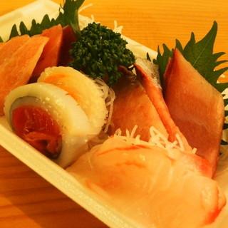 大和町もつ肉店 - 料理写真:600円『トキワ鮮魚店の刺身盛り合わせ』2015年11月吉日