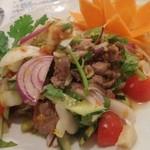 バーンチャーン - ヤムヌアヤーン 牛肉和えサラダ 美しく盛られてボリーミー!