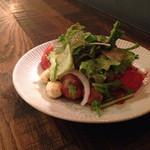 44142439 - ソーセージ、モツァレラ、トマトの温サラダ