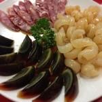 燕慶園 - 前菜盛り合わせ くらげと皮蛋、腸詰め