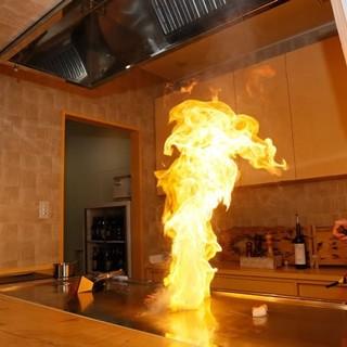 目の前で焼き上げる鉄板焼きブース。様々な厳選素材を使用!