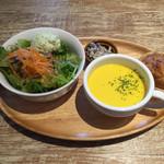 サラデリ - パスタプレートのスープ、サラダ、デリ