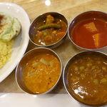 Mirannataraji - カレーは4種類             サンバー・ムーリー(南インドのスープ大根入り)             トマト・アルー(トマトとジャガイモ入り)             マタール(グリンピース入り)             ベジタブル・カレー(新鮮野菜たっぷrのカレー)