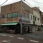 シロヤベーカリー - このお店の右奥に駐車場が在ります