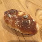 シックス スクエア ベーカリー - くるみとレーズンのミルクパン/65円