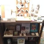 カフェ キュアー - 様々なアーティストさんの作品が展示されております。
