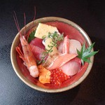 魚心亭 - 「桜ちらし1,580円」ランチは小鉢、汁物が付きます。