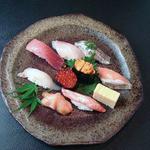 魚心亭 - 「天狗にぎり1,600円」ランチは小鉢、汁物が付きます。