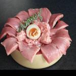 魚心亭 - 「本まぐろ中トロ丼2,300円」ランチは小鉢、汁物付きです。