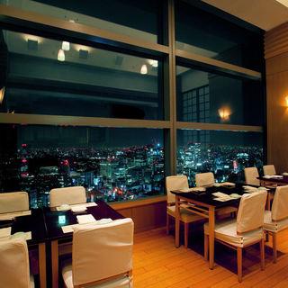 夜景をご覧になりながらゆったりとお食事をお楽しみください。