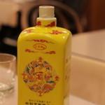 萬来亭 - おめでたい黄色の紹興酒を1ッポン