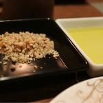 バー&ダイニング 「クラウズ」 - パン用のオリーブオイルとナッツパウダー