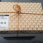 44173513 - 懐かしの金の包装紙と金の紐。