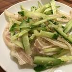焼肉 千里 - コリコリは豚耳と胡瓜の塩胡椒味(辛味タレ付き)