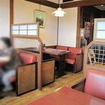 モンペットクワ - テーブル席です。他に純喫茶風カウンター席もあるし、個室のようなテーブル席スペースもあります。