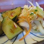 モンペットクワ - お得感があるのは、取り放題の日替わりお惣菜があるコト。キャベツのコールスローとキュウリの醤油漬け。