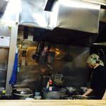 かしわ屋 - 広い厨房